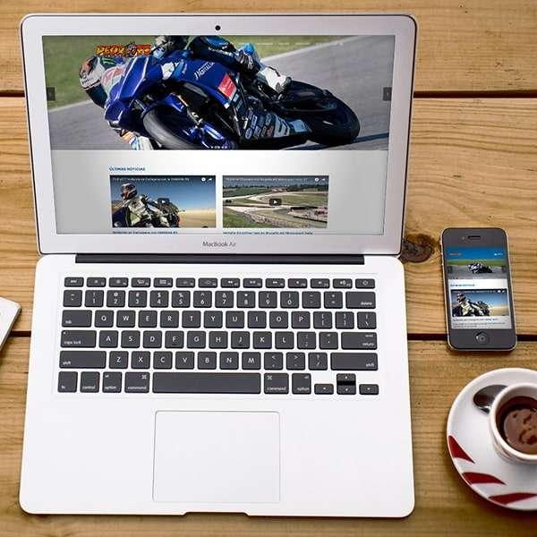 Mockup de página web de Pedro77 en escritorio y móvil